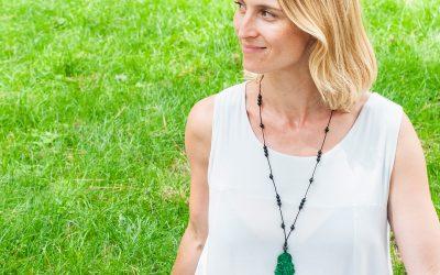 Meditar en una intención junto a una piedra preciosa